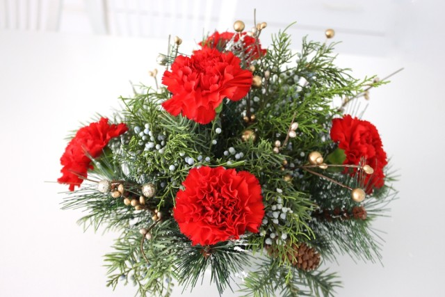 red-carnation-holiday-arrangment-complete