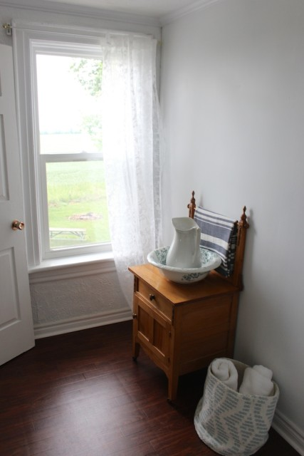 cloverhill-farmhouse-bathroom-window