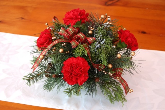 red-carnation-holiday-arrangement-how-to