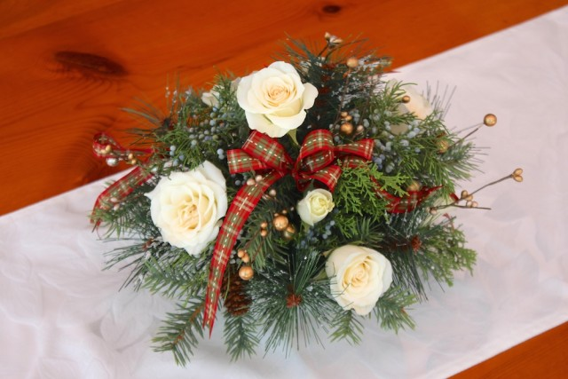 white-roses-holiday-arrangement-how-to
