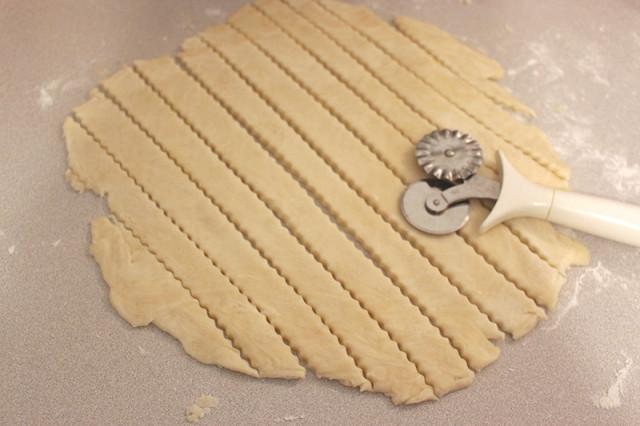 cutting-lattice-pie-crust