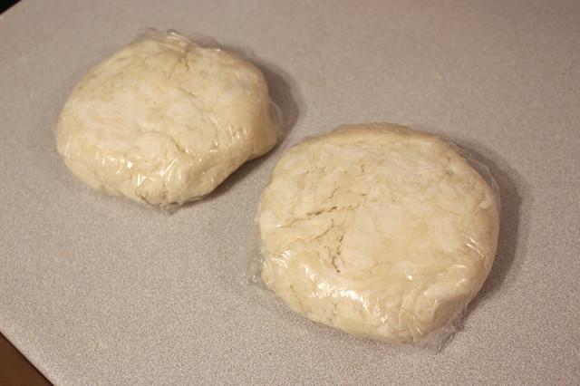plastic-wrap-pie-dough-disc