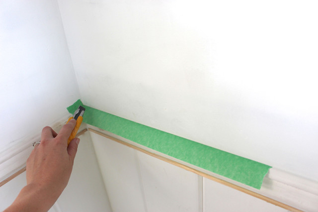 applying-painters-tape-corners
