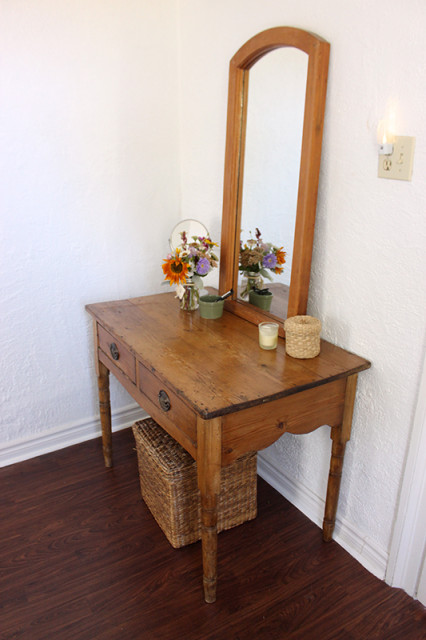 antique-makeup-table