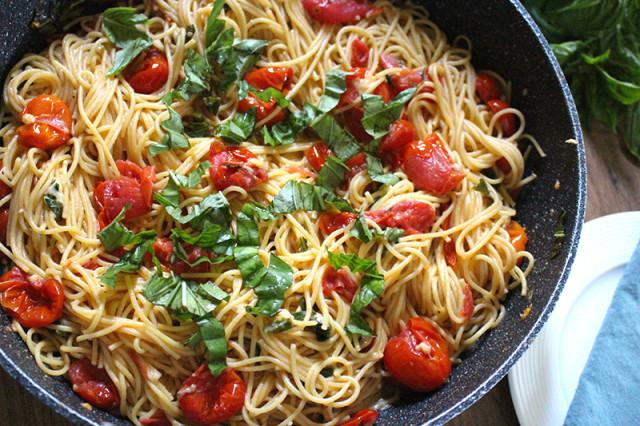 easy-cherry-tomato-pasta-closeup